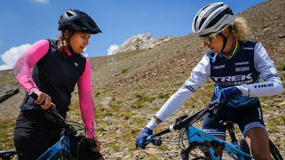 Jolanda Neff fährt voraus auf dem Biking Trail zum Lej Alv. Foto: Madlaina Walther