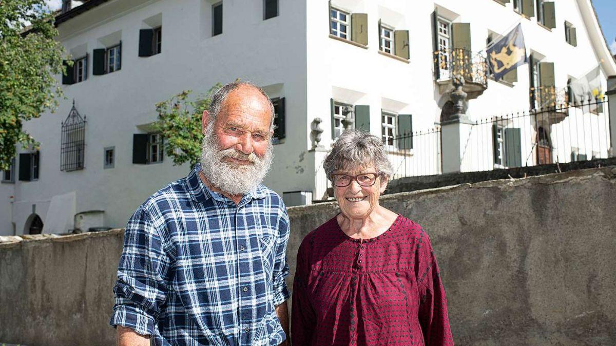 Not und Tilly Schlegel vor der Chesa Planta Samedan. Sie waren die Protagonisten des 1. Schellenursli-Films 1953 (Foto: Mayk Wendt)