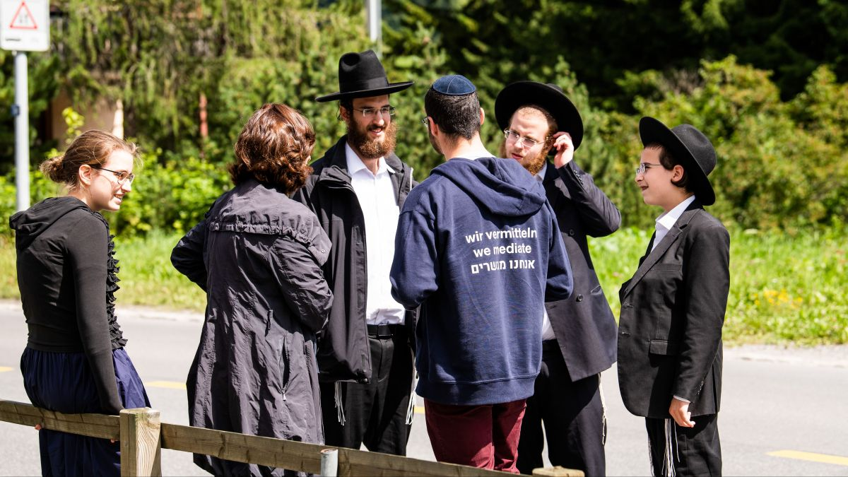 Jüdisch Gäste aus aller Welt verbringen die Ferien in der Schweiz. Jüdische Mediatoren fördern die interkulturelle Kommunikation.