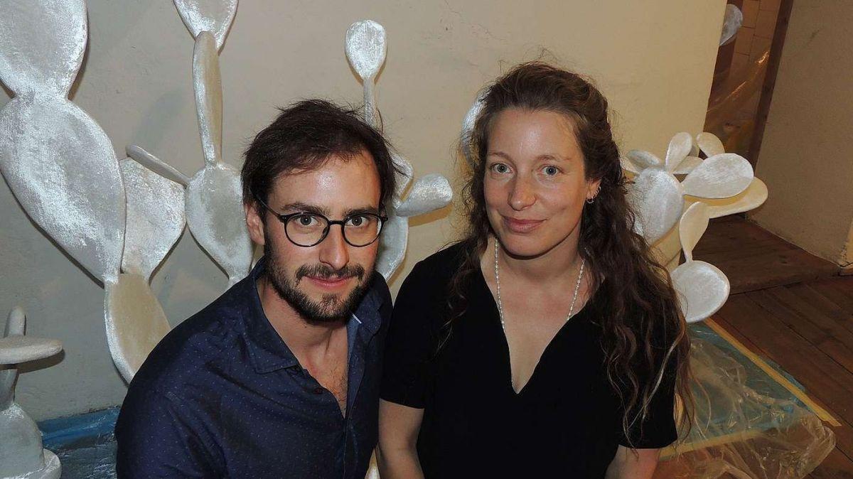 Ils duos artists Jérémie Sarbach e Flurina Badel expuonan cactus in tuottas fuormas pussiblas in lur chasa e tablà a Guarda (fotografia: Benedict Stecher).