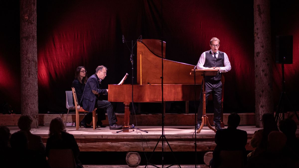 Jan Schultsz am Hammerflügel und Tenor Daniel Behle interpretieren Beethoven-Lieder auf der Konzertbühne in der St.Moritzer Reithalle. Foto: Engadin Festival/Quim Vilar