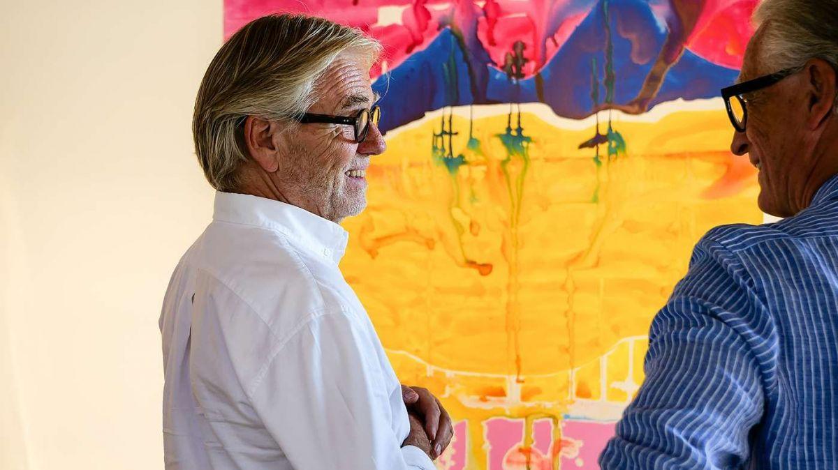 Galerist Urs Meile (links) im Gespräch mit einem Besucher. Im Hintergrund das Bild «shanhua» von Rebekka Steiger. Foto: Jon Duschletta