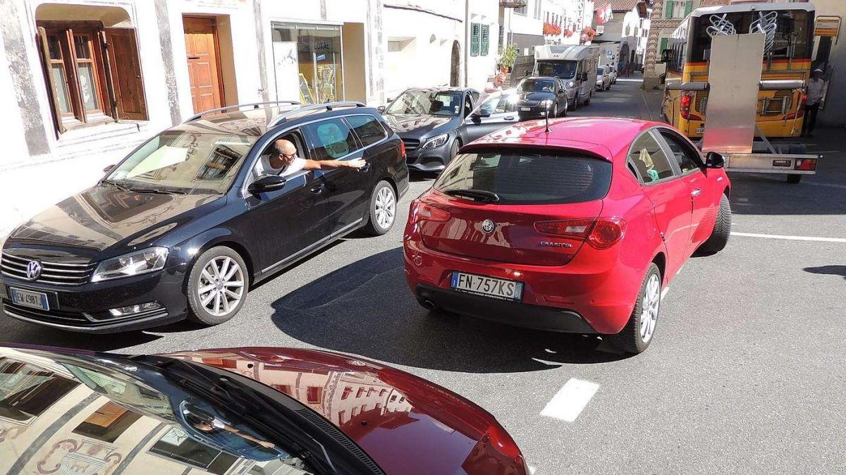 In tscherts mumaints blocca il trafic tras Sta.Maria in Val Müstair cumplettamaing (fotografia: Benedict Stecher).