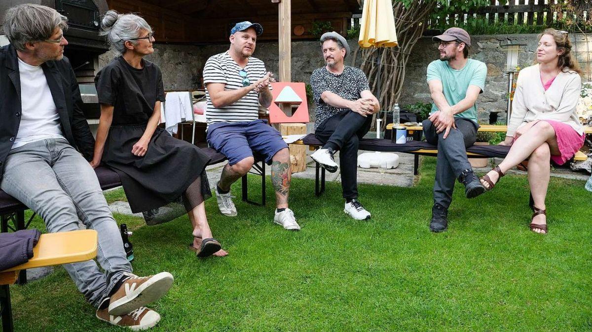 Künstlergespräch mit, von links: Lukas Bardill, Gabriela Gerber, Gian Häne, Jérémie Sarbach und Flurina Badel. Foto: Jon Duschletta
