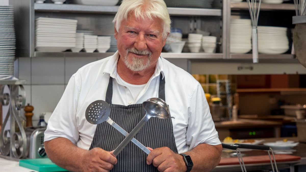 Christian Jurcyk  in der Küche vom Hotel Saluver in Celerina       Foto: Daniel Zaugg