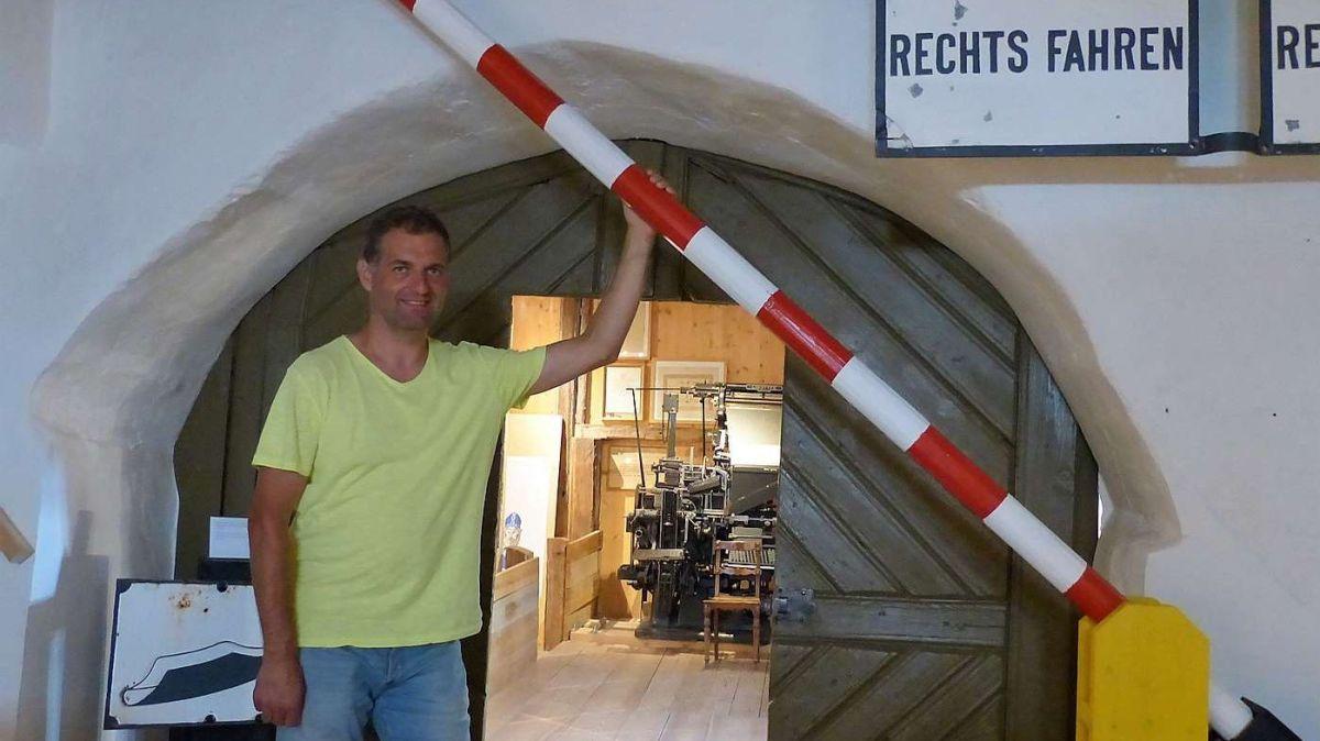 Georg Häfner invida d'entrar e s'indreschir davart l'istorgia dals cunfins illa regiun (fotografia: Flurin Andry).