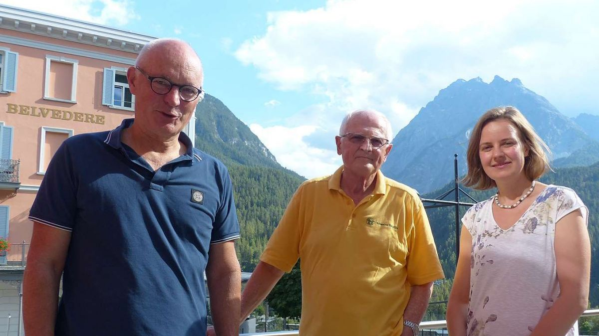 Rolf Widmer (a schnestra), Hans Hagenbuch e la sviluppadra regiunala Martina Schlapbach in marcurdi a Scuol (fotografia: Flurin Andry).