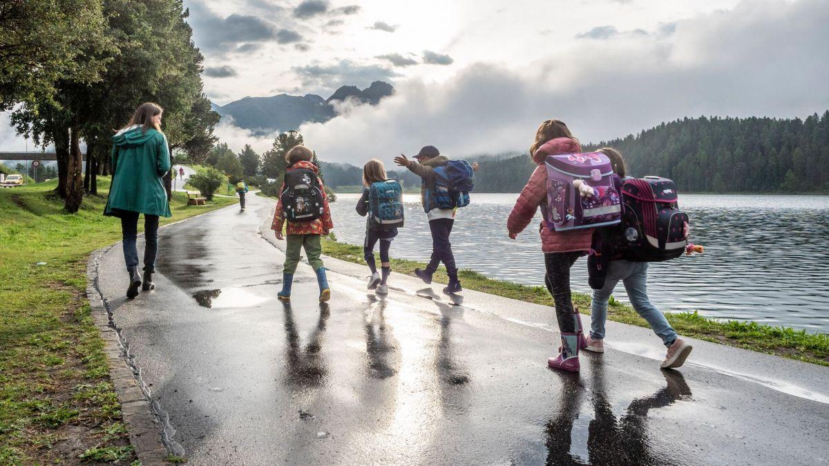 Schüler mit Eltern in St.Moritz auf dem Weg zum Schulhaus.  Foto: Daniel Zaugg