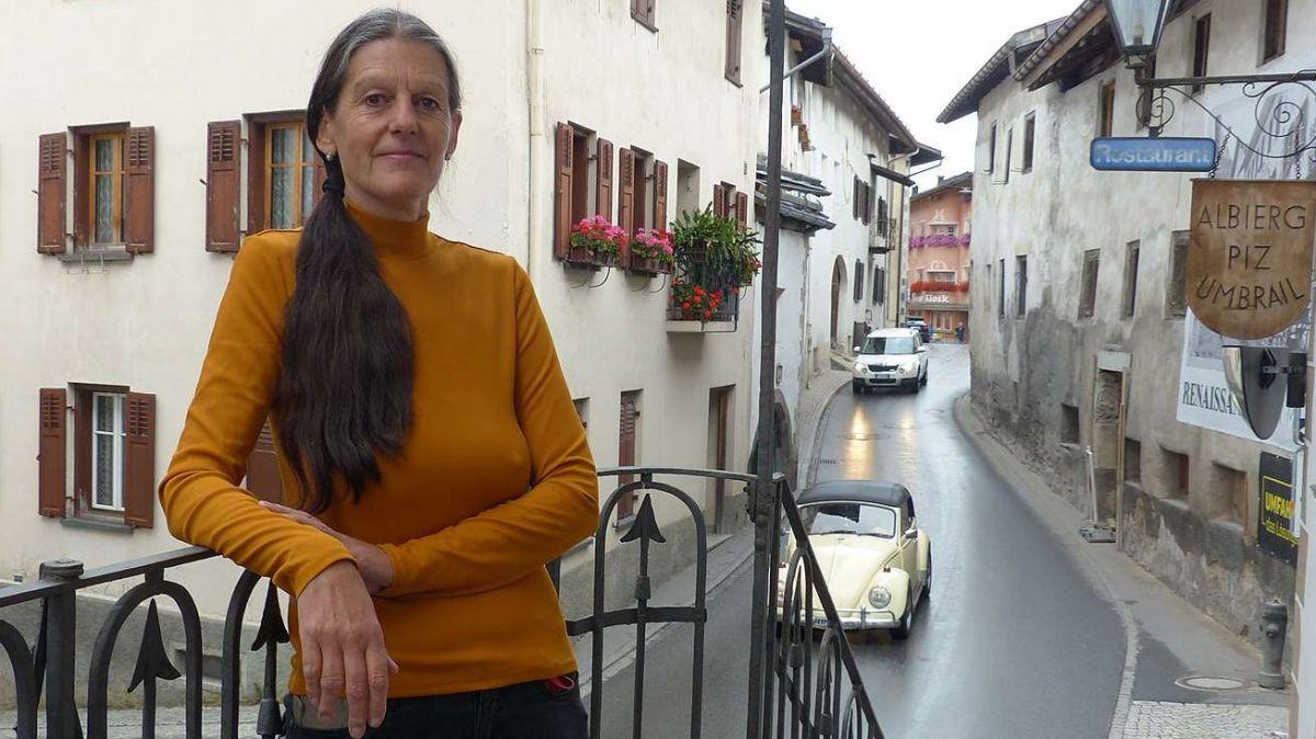 L'hoteliera Ladina Lemm sülla s-chala sper la via chantunala tras Sta.Maria (fotografia: Flurin Andry).