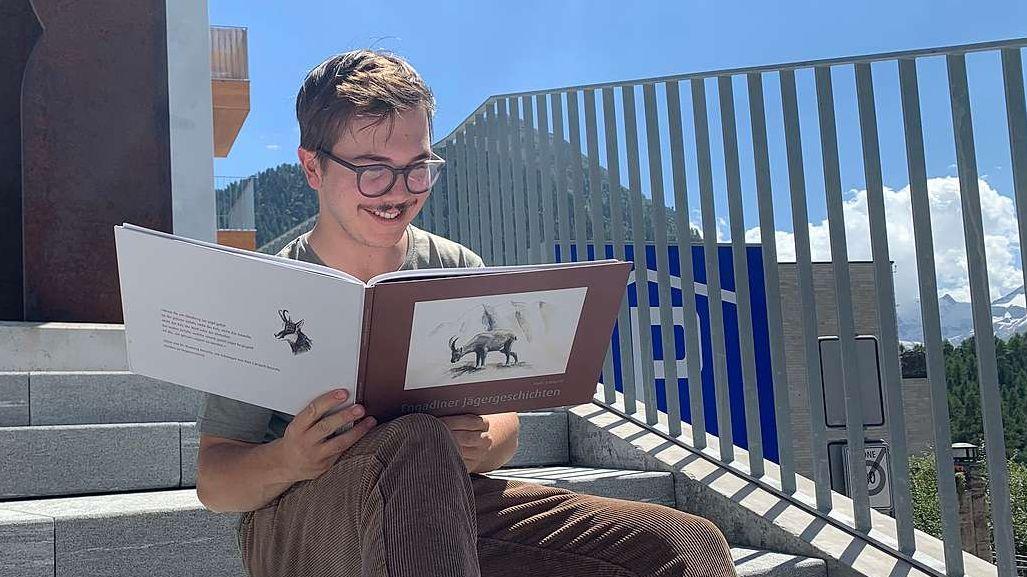 Fadri Campell da Puntraschigna ho scrit ed illustro ün cudesch cun istorgias da chatscha per sia lavur da matura (fotografia: Gianna Duschletta).