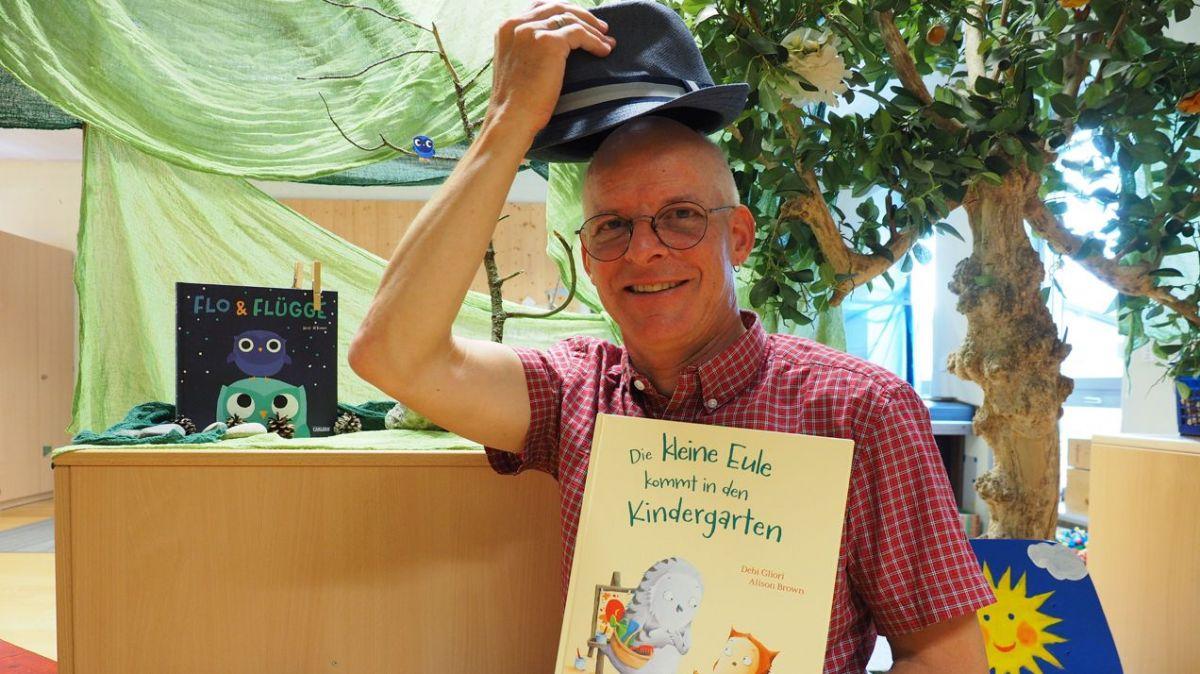 Daniel Manzoni hat seit gestern 15 neue «Kindergärtler» aus Sils zu betreuen. Er begrüsst sie mit dem Ritual des Hutziehens und entdeckt mit ihnen gerade die Welt der Eulen.