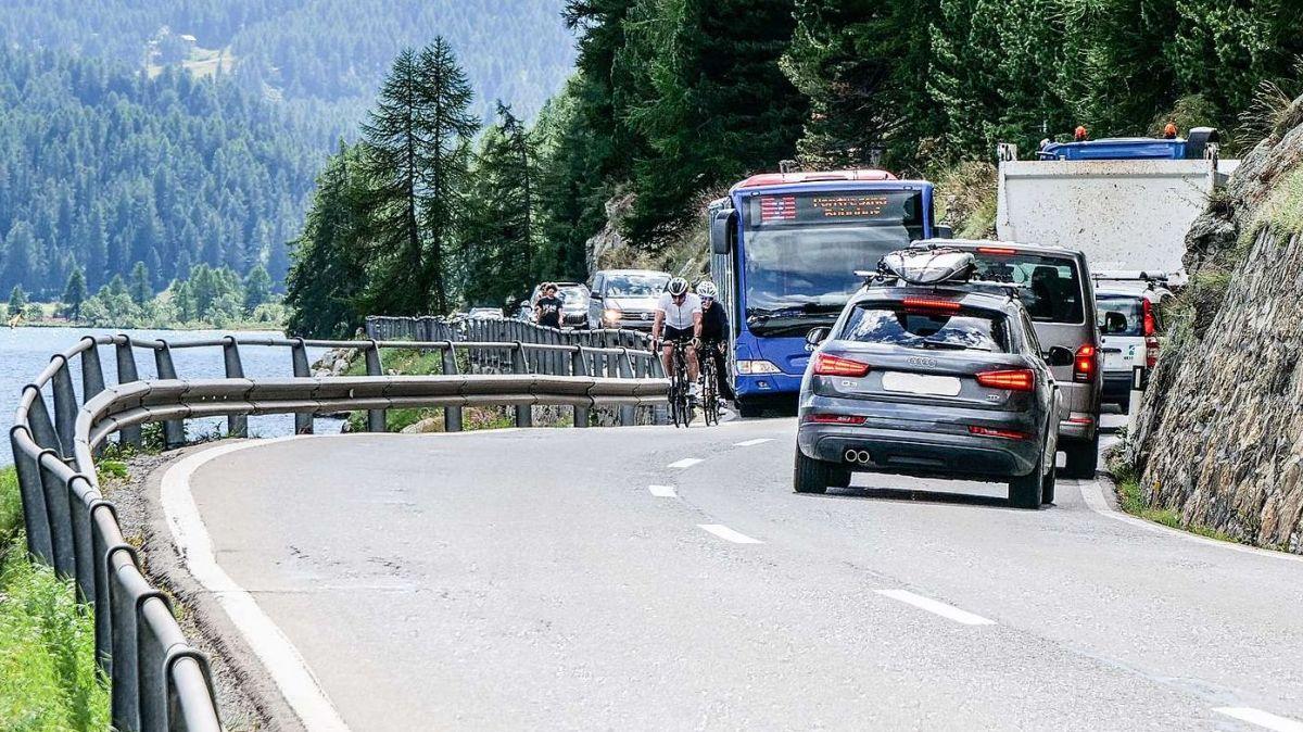 Der starke Individualverkehr auf dem engen und kurvenreichen Strassenabschnitt entlang des Silvaplanersees führt immer wieder zu heiklen und damit gefährlichen Situationen. Foto: Jon Duschletta