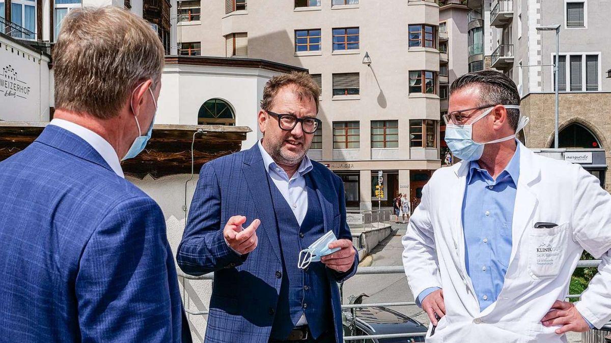 v.l.: Hanspeter Frank, CEO Klinik Gut, Regierungsrat Peter Peyer und Patrick Baumann, medizinischer Leiter Klinik Gut. Foto: Jon Duschletta