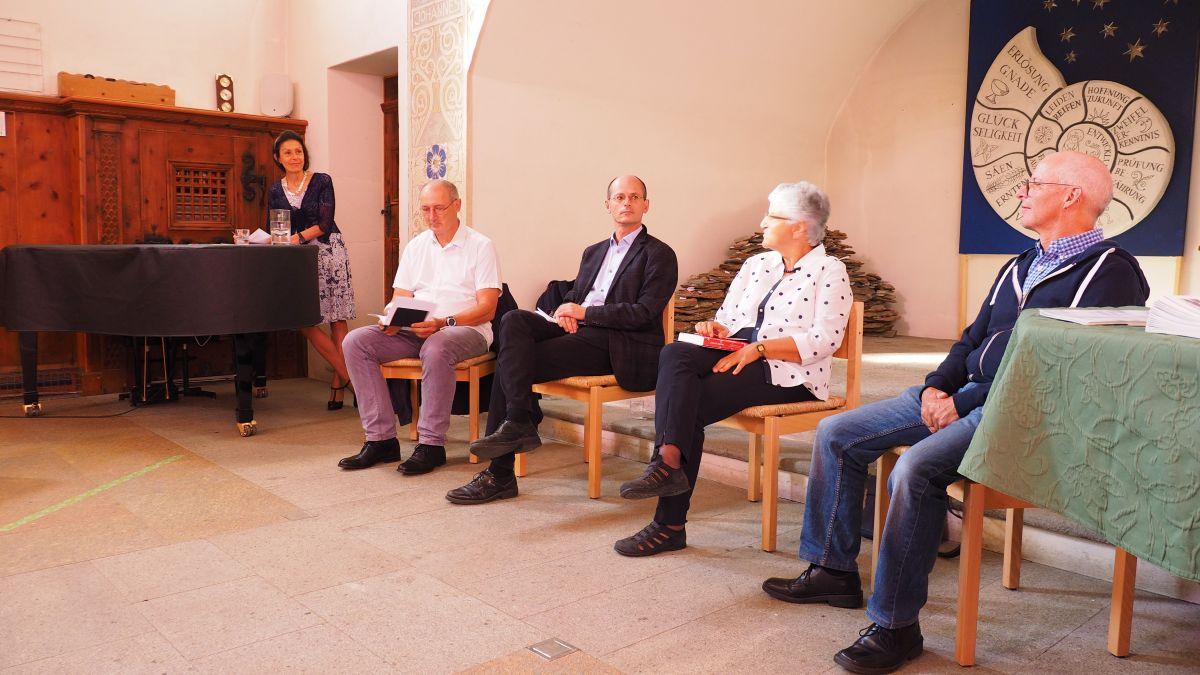 Die vier Podiumsteilnehmer in der Offenen Kirche Sils (von links): Oscar Eckhardt, Vincenzo Todisco, Silva Semadeni und Daniel Manzoni. Ganz links im Bild Moderatorin Mirella Carbone. Foto: Marie-Claire Jur