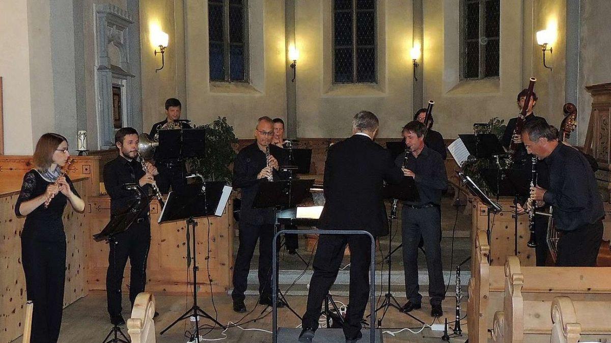 La Filarmonia grischuna ha concertà illa baselgia a Sent (fotografia: Benedict Stecher).
