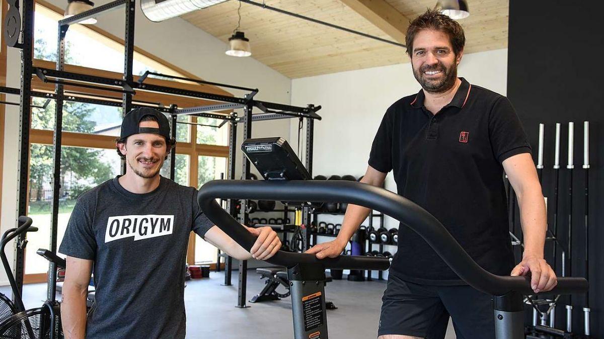 Arno Galmarini (a schnestra) e Benno Meisser da la Meisser Hotels AG giodan il nouv stabilimaint da sport e fitness a Guarda (fotografia: Nicolo Bass).