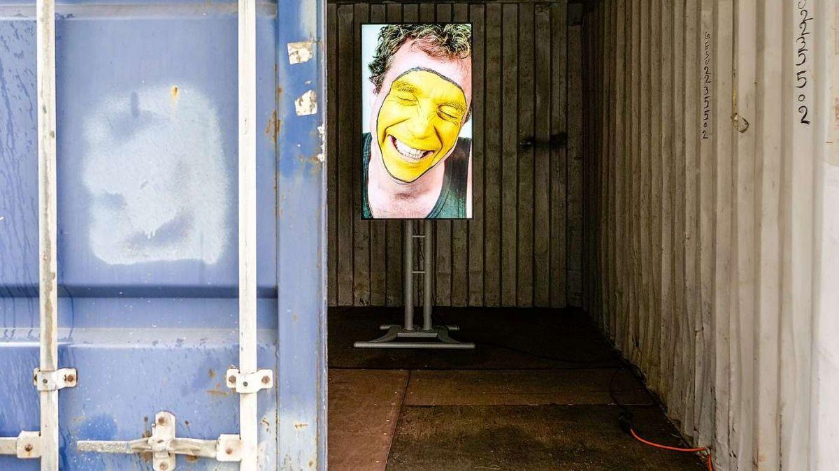 Blick auf die «Emoji»-Installation das holländische Künstlerduo «Studio Moniker» im Digital Village am Bahnhof. Foto: Jon Duschletta