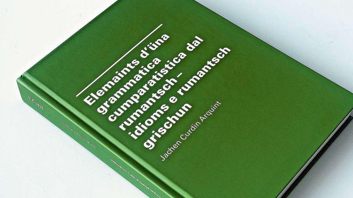D'incuort es cumparü il cudesch cun «Elemaints d'üna grammatica cumparatistica dal rumantsch» da Jachen Curdin Arquint.  fotografia: FMR