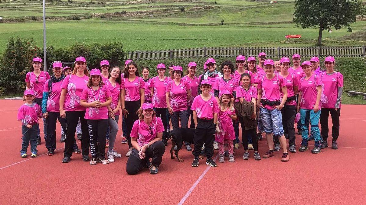 L'acziun Pink Ribbon Walk ad Ardez. fotografia: mad