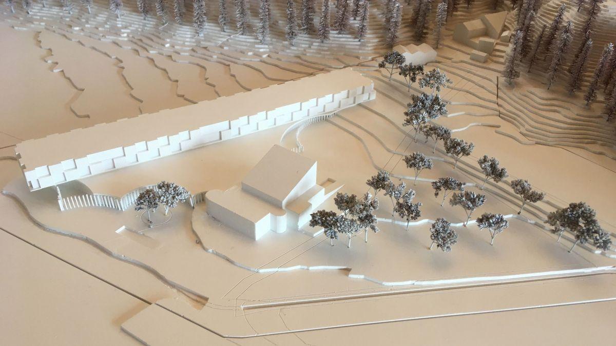 Foto vom Modell des Siegerprojekts 360 Frontside: Ein  langer, schlanker, aber nicht sehr hoher Baukörper, der mit einigem Abstand zur Furtschellas Talstation errichtet werden soll.