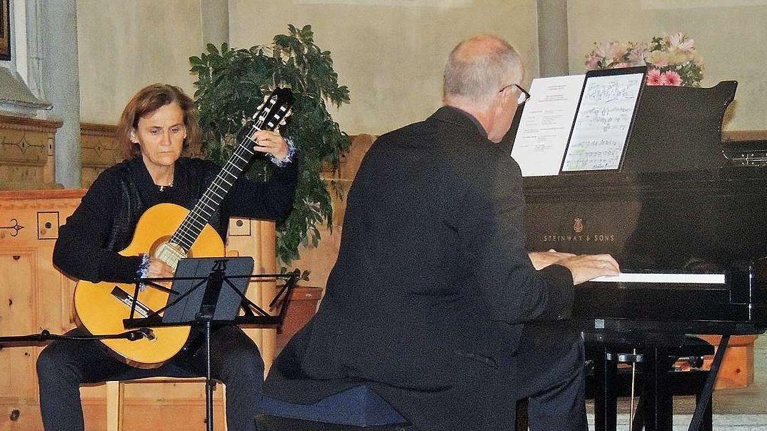 Elisabeth Trechslin e Risch Biert dürant lur concert. fotografia: Benedict Stecher