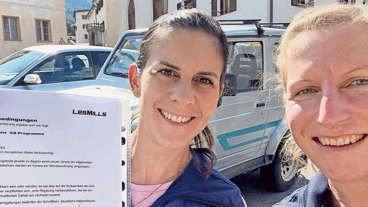 Marianne Florinett (a schnestra) e Constanze Conradin culla licenza da la chadaina da fitness «Les Mills».fotografia: mad