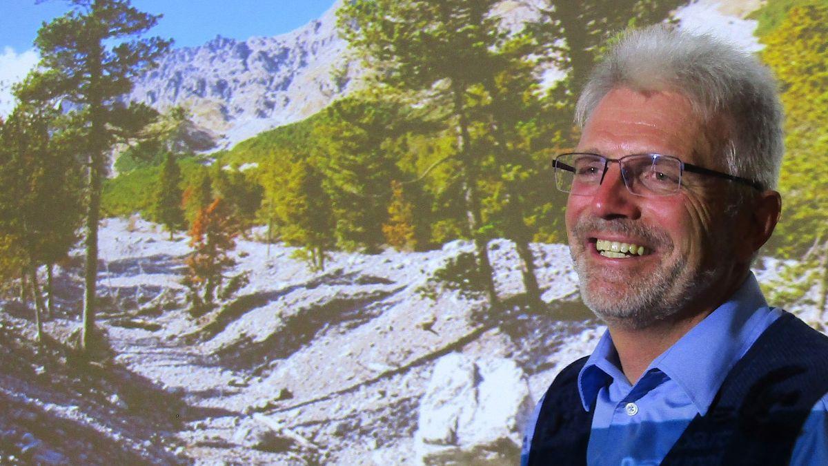Dr. Ruedi Haller klärt das Publikum über die aktuellen Forschungsarbeiten im Schweizerischen Nationalpark auf.