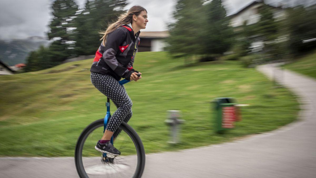 Mirjam Lips dreht auch gerne mal in Celerina ein paar Runden auf dem Einrad.Foto: Daniel Zaugg