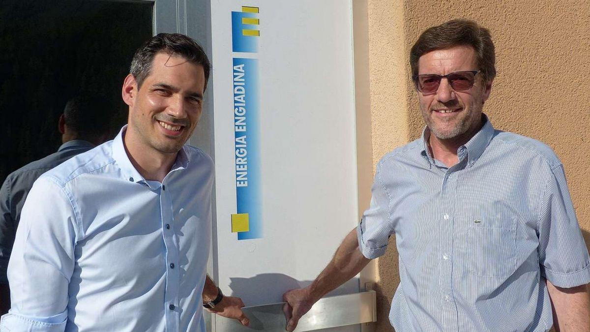 Claudio à Porta e Walter Bernegger a Scuol davant ils büros ed ufficinas da la Energia Engiadina (fotografia: Flurin Andry).