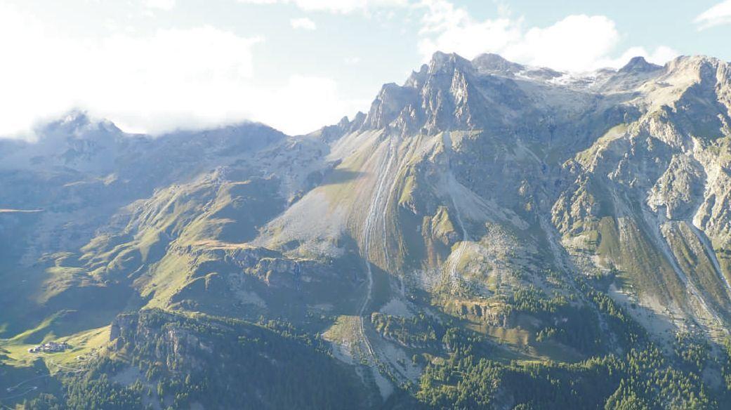 Eine Luftaufnahme zeigt das betroffene Gebiet unterhalb des Piz Lagrev. Geologen untersuchten den Hergang des Felssturzes. Unter anderem spielten die Starkniederschläge im August eine Rolle. Foto: z. Vfg.