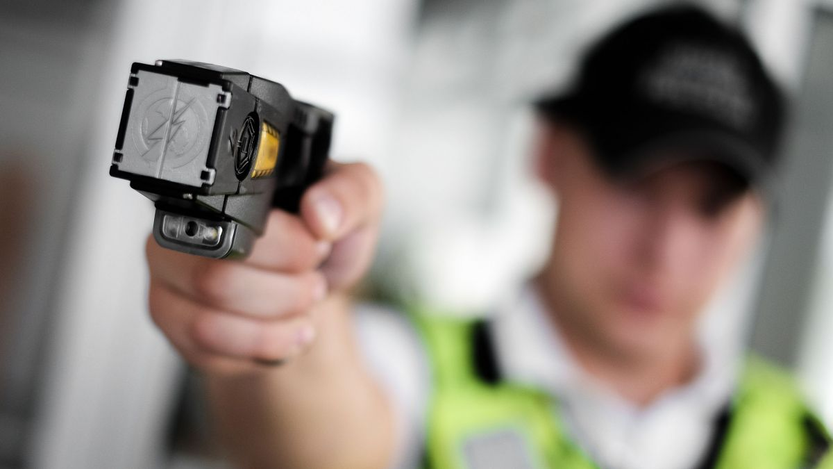 Die Gemeindepolzei St.Moritz/Pontresina soll mit zwei Destabilisierungsgeräten (Elektroschockpistolen) ausgestattet werden.  Foto: Shutterstock / Karlis Dambrans