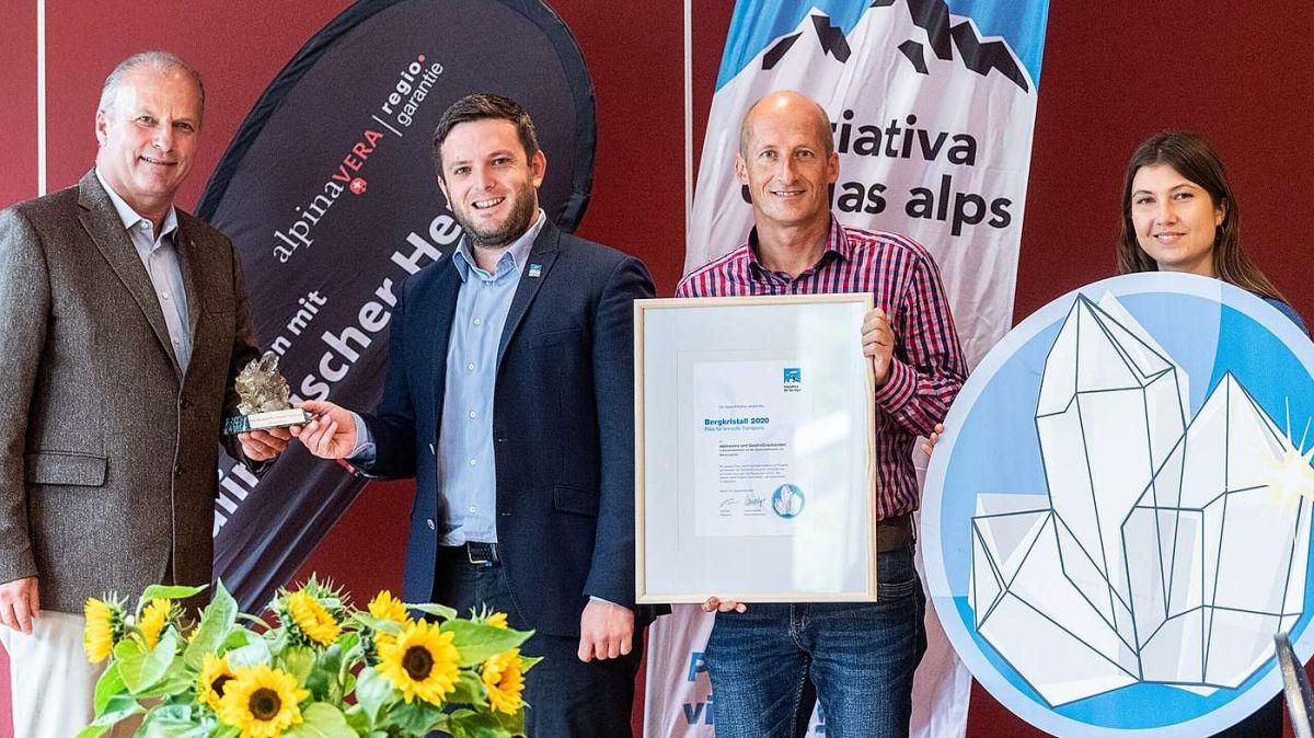 Gian Peter Niggli und Jon Pult (von links) bei der Übergabe. Rechts Michael Flückiger, Leiter Kommunikation Alpeninitiative, Alessia Trezzini, Kampagnen und Social Media Alpeninitiative.
