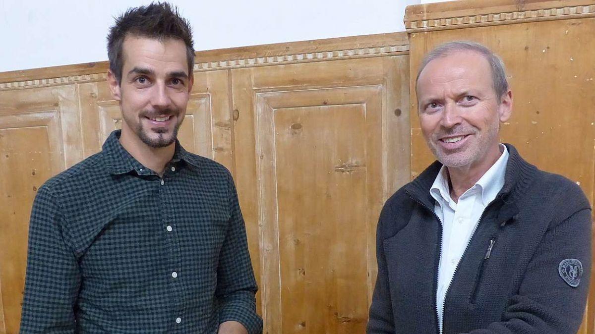 Il manader da gestiun Niculin Meyer e'l president dal cussagl administrativ Philipp Gunzinger cul rapport annual da l'Engiadina Scuol Turissem AG (ESTAG) (fotografia: Flurin Andry).