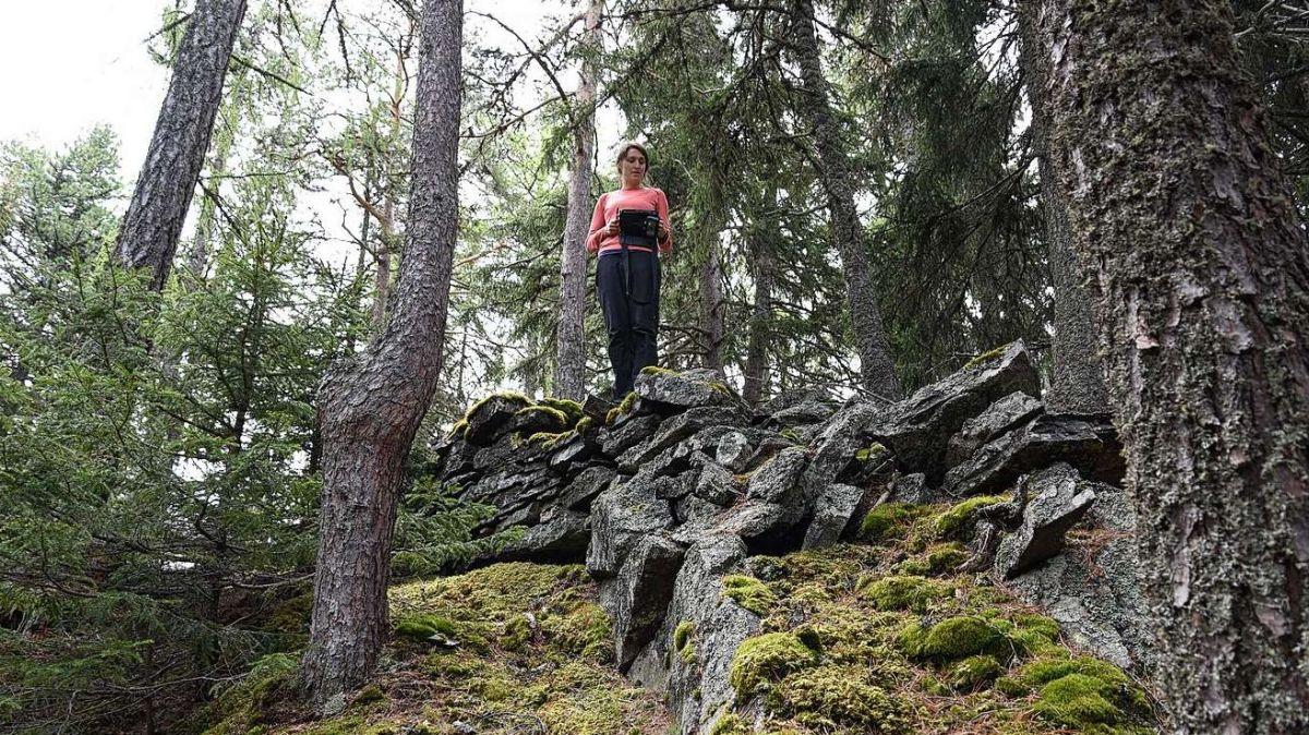 Ün'archeologa dal Servezzan Archeologic Grischun chi masüra ün dals mürs dal temp da fier sün Muotta da Clüs a Zernez (fotografia: SAG).