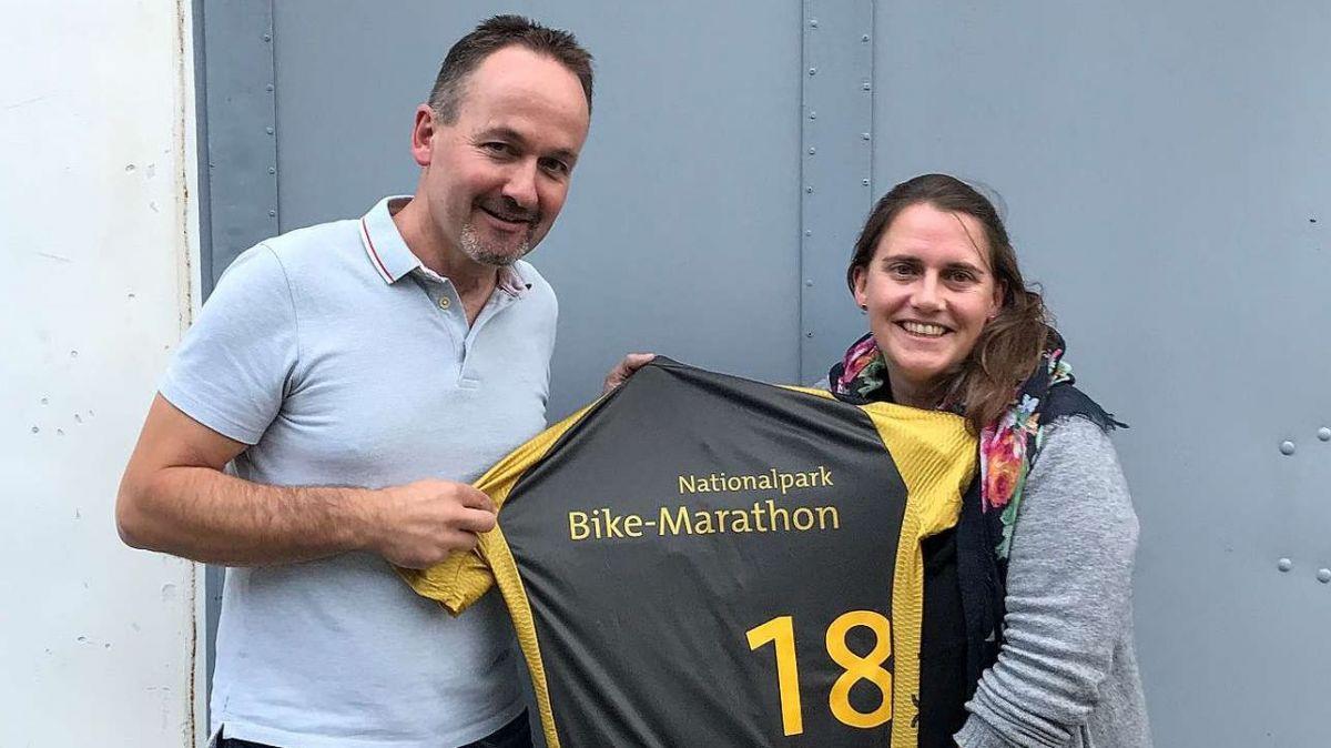 Il president dal comitè d'organisaziun Claudio Duschletta ha ingrazchà a Martina Hänzi per l'ingaschamaint cun ün tricot special (fotografia: mad).