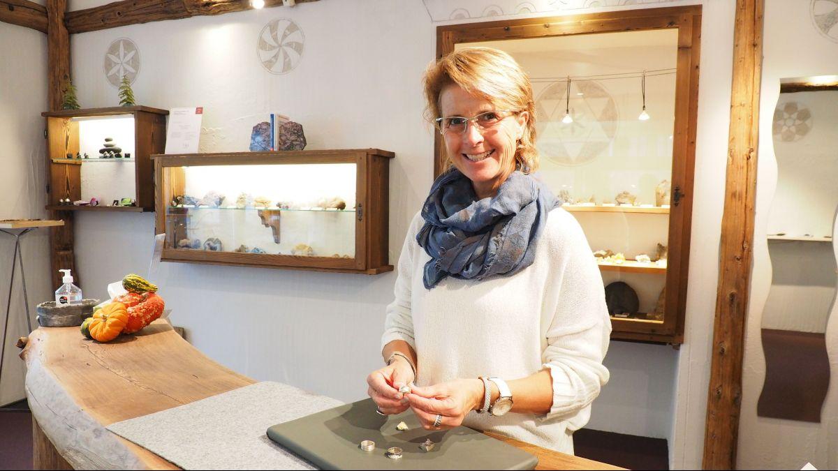 Barbara Kuppelwieser mit aktuellen Exponaten in ihrem Geschäft in Sils Maria.