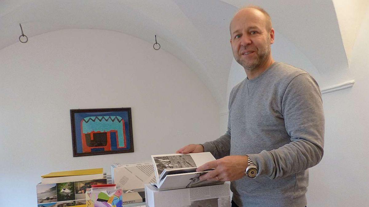 Grazcha al grafiker ed amatur da cudeschs Valentin Hindermann vegnan muossats ils plü bels cudeschs svizzers eir a Lavin (fotografia: Flurin Andry).