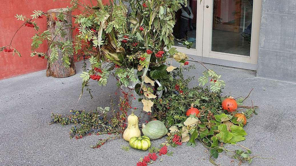 Pella festa d'eira decorada l'entrada in sala cun manzinas da differentas sorts da frus-chaglia (fotografia: Bigna Abderhalden).