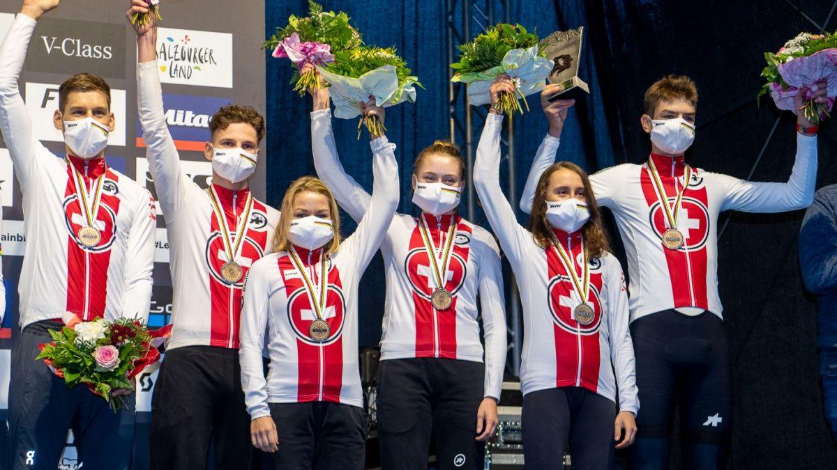 Das Schweizer Team Relay auf dem Podest (von l. n. r.): Lars Forster, Luke Wiedmann, Sina Frei, Noëlle Buri, Elisa Alvarez, Alexandre Balmer. Foto: Ego-Promotion