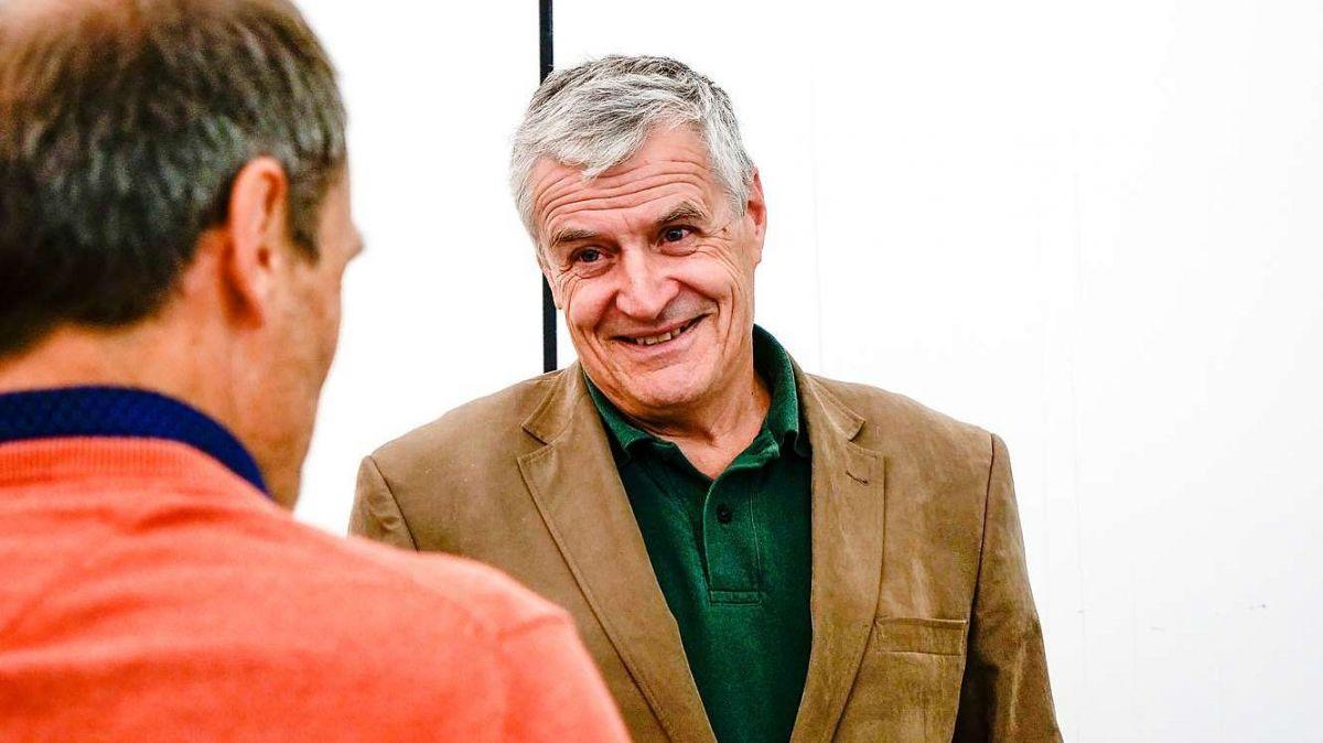 Uni-Professor Bruno Baur im Gespräch mit Hans Lozza (SNP). Foto: Jon Duschletta