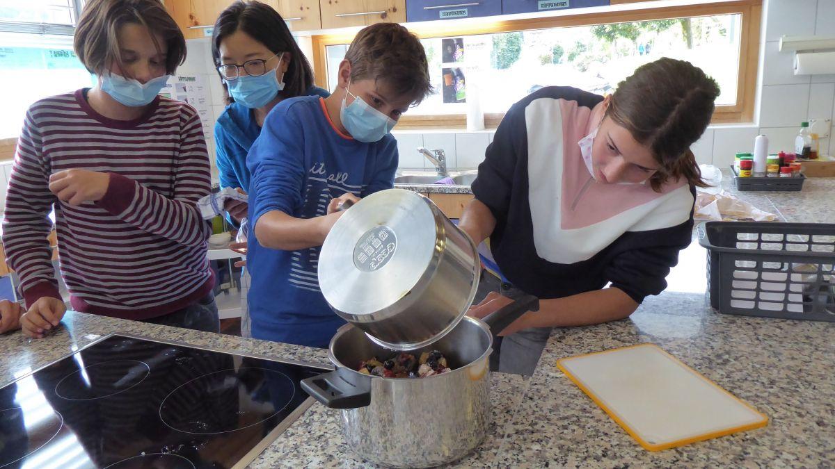 Wie kann man Sauerkraut und Marmelade auf natürliche Weise konservieren? Die Schülerinnen und Schüler lernen dies, indem sie selber Hand anlegen. Foto: HIF