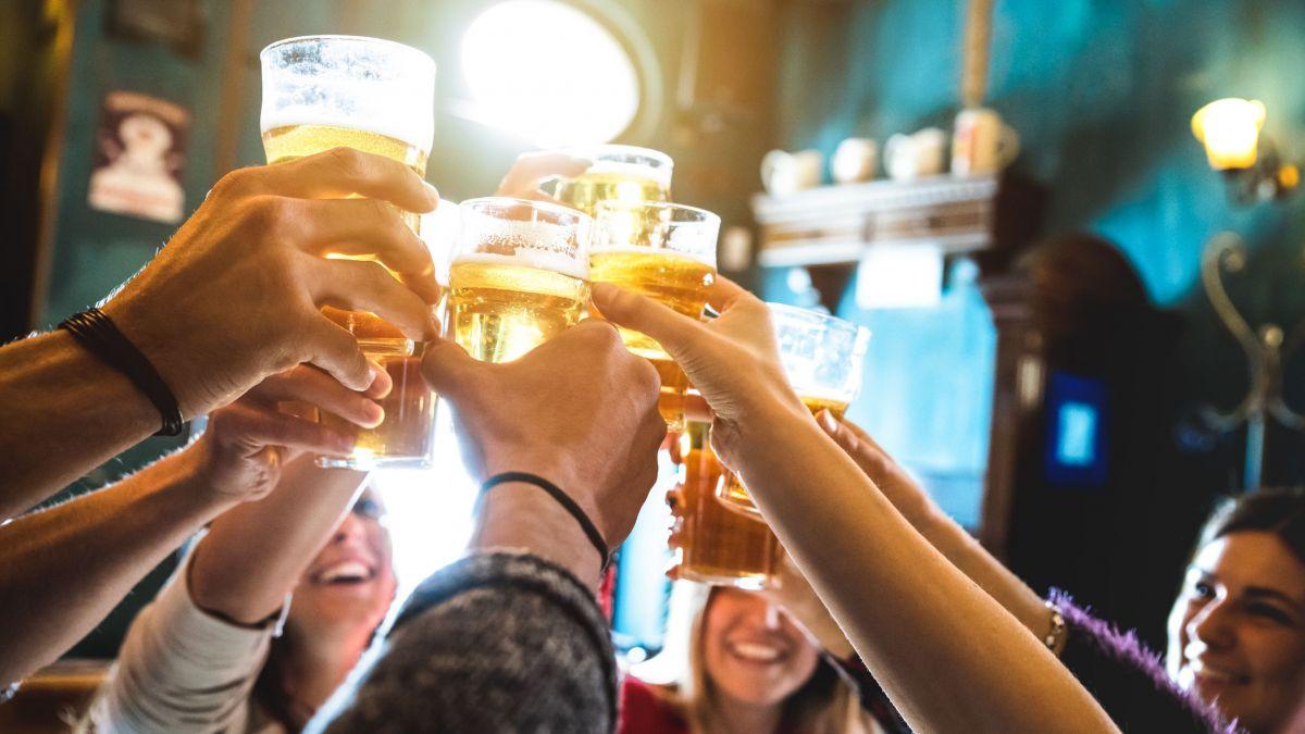 Neben Clubs und Diskotheken erfreuen sich im Engadin auch die Dorfbars grosser Beliebtheit. Foto: Shutterstock / View Apart