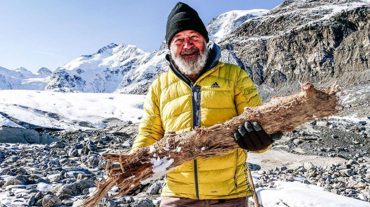 Christian Schlüchter mit einem Bruchstück eines uralten Lärchenbaums am Morteratschgletscher. Foto: Jon Duschletta