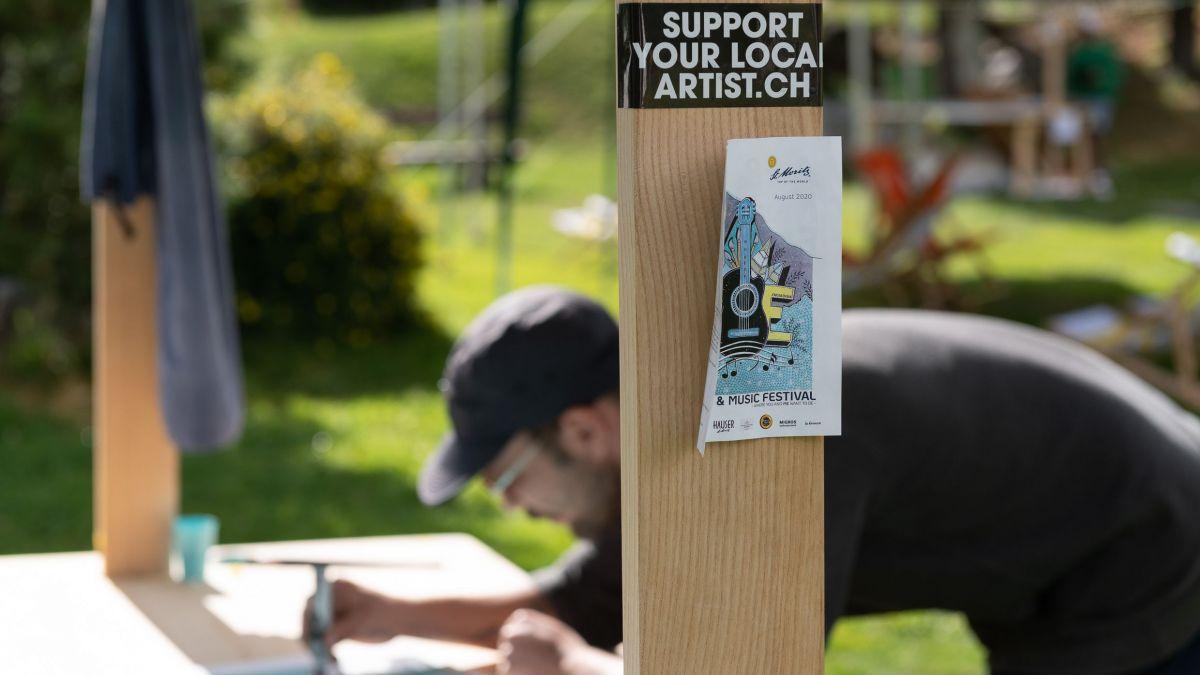 Diesen Sommer fand zum ersten Mal das Live-Art-Festival Manufactura Engiadina statt. Die Lakeside-Bühne in St.Moritz wurde zum Open-Air-Atelier umfunktioniert. Besucher konnten den Künstlern bei  der Arbeit über die Schulter schauen. Foto: Steve Hadorn