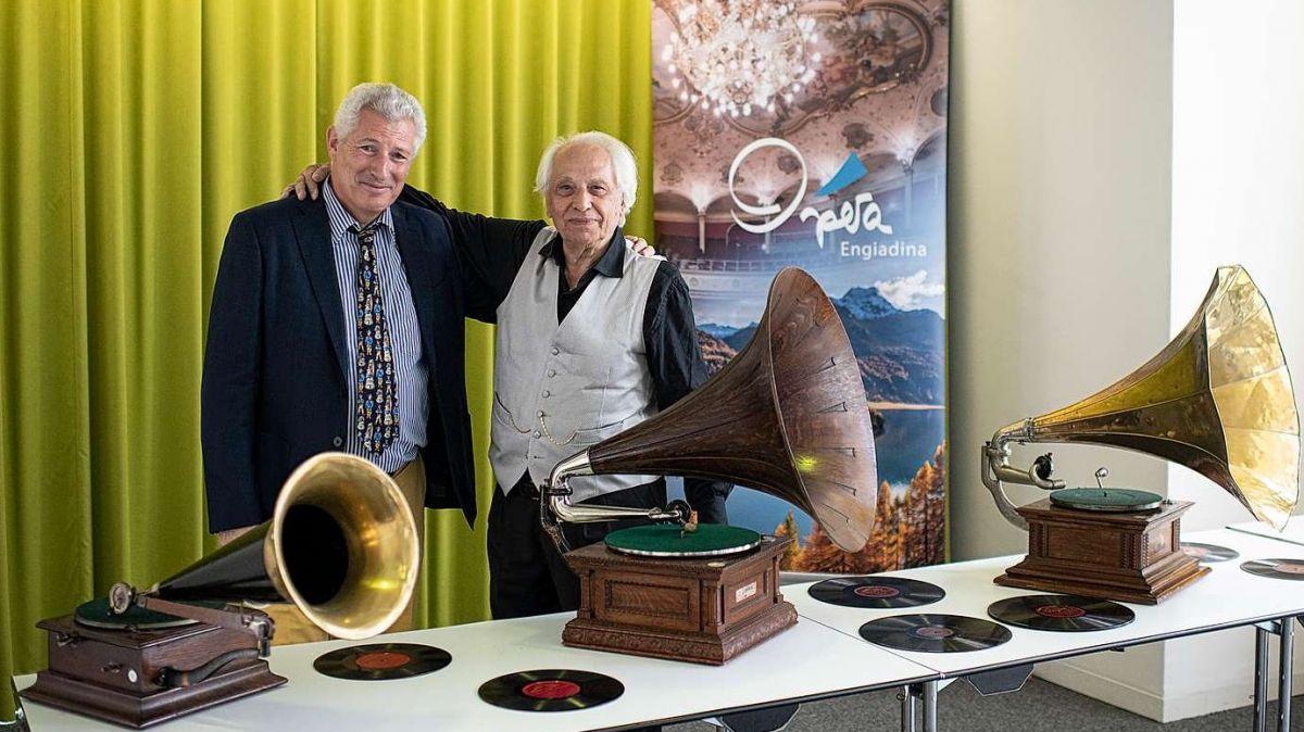 Claudio Danuser (links) und Luciano Pituello mit drei historischen Grammophonen im Rondo (Foto: Mayk Wendt).