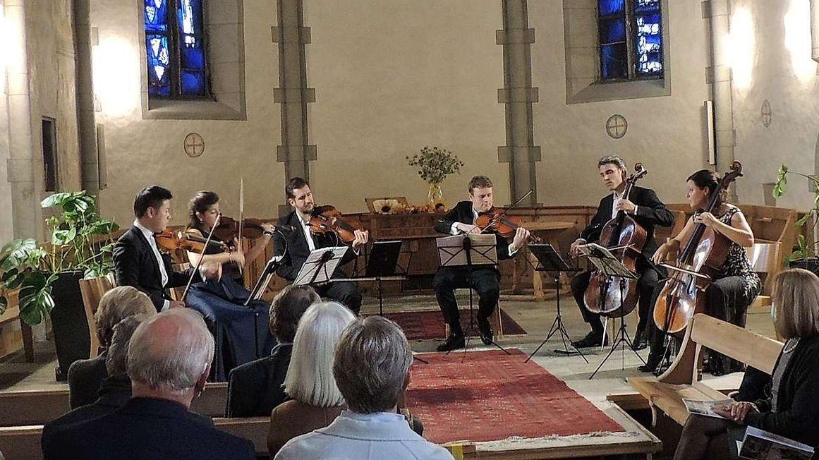 Il sextet da Stradivari in acziun ed in plaina concentraziun (fotografia: Benedict Stecher).