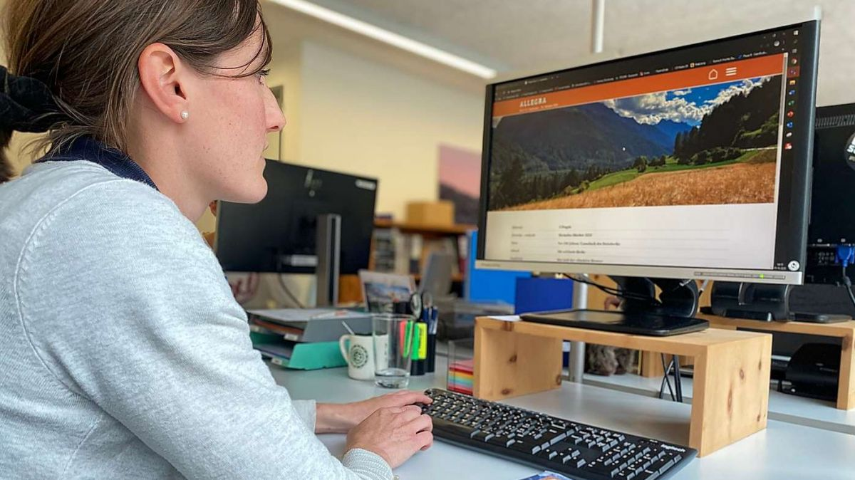 Madeleine Pabst von der Destination TESSVM schaut sich das Allegra online an (Foto: Nicolo Bass).
