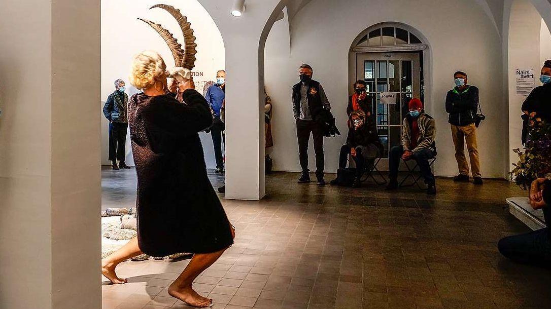 Jô Osbórnia, Migrant, Dichter und Performer, während seiner Live-Performance «Anti-kolonialer Sündenbock Schweizer Art» in Nairs. Foto: Jon Duschletta
