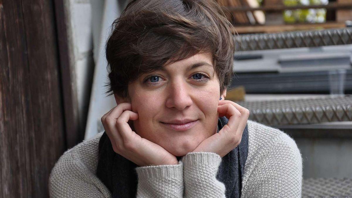 Pia Valär, l'illustratura, es da chesa i'l muond dals strichs (fotografia: Claudia Cadruvi).