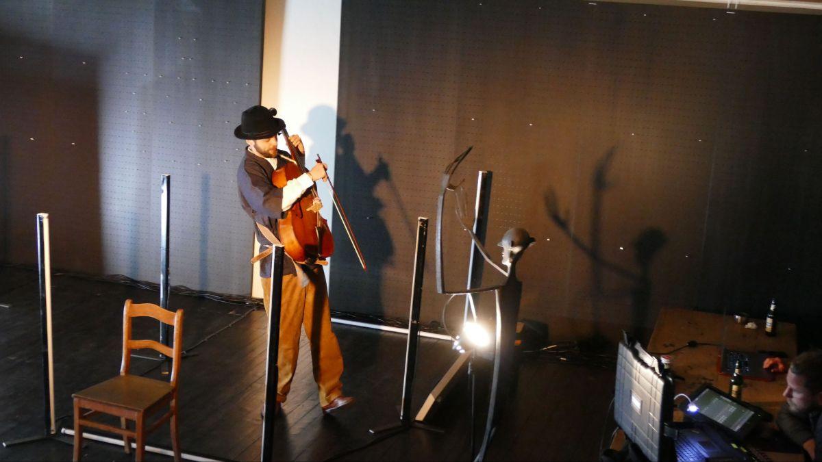 David Eggert bei Li Pos «Yue xia du zhuo», Kunstraum Riss Samedan.